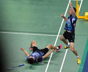 South Korea's Lee Yongdae (R) and Yoo Yeonseong react after defeating China's Xu Chen and Zhang Nan in their team men's doubles badminton match at the Gyeyang gymnasium during the 2014 Asian Games in Incheon on September 23, 2014. AFP PHOTO/ROSLAN RAHMAN